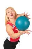 El deporte rubio hace ejercicio con la bola Fotografía de archivo