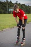El deportista en el rodillo es cansado y pensativo Foto de archivo