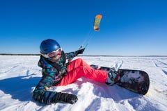 El deportista en una snowboard corre la cometa Fotografía de archivo