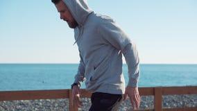 El deportista es cuerda de salto en día soleado cerca de mar metrajes
