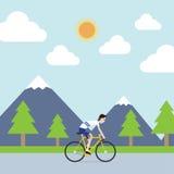 El deportista está montando la bicicleta para cultivar un huerto Fotos de archivo