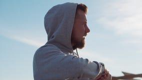 El deportista está torciendo el aire libre de la sesión de formación del torso, opinión del detalle metrajes