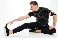 El deportista fuerte atractivo hace ejercicios de los deportes Foto de archivo libre de regalías