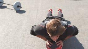 El deportista impresionante está haciendo ejercicios con una bola metrajes