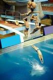 El deportista salta de salto-torre Foto de archivo libre de regalías