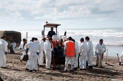 El derramamiento de petróleo de Rena limpia a trabajadores Fotografía de archivo