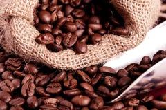 El derramarse de los granos de café Fotos de archivo