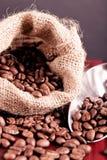 El derramarse de los granos de café Fotografía de archivo libre de regalías