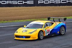 El desafío de Ferrari 488 que conduce alrededor de circuito de carreras en la serie de Asia Pacific del desafío de Ferrari compit Fotografía de archivo