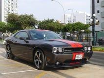 El desafiador de Dodge del perfecto estado parqueó en Lima, Perú Fotos de archivo