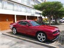 El desafiador rojo de Dodge parqueó en Miraflores, Lima Imagen de archivo libre de regalías