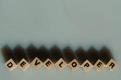 El desarrollador de la palabra escrito en cubos Foto de archivo