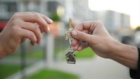 El desarrollador pasa la llave del nuevo hogar al comprador metrajes