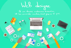 El desarrollo web crea el equipo del edificio del sitio del diseño ilustración del vector