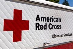 El desastre americano de la Cruz Roja mantiene el vehículo y el logotipo Imagen de archivo
