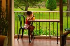 El desayunar de la niña Imagen de archivo