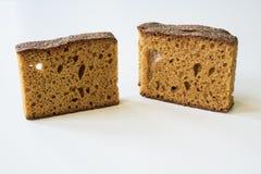 El desayuno ascendente cercano con holandés tradicional condimentado apelmazó el ontbijtkoek o el peperkoek llamado Vector blanco imagenes de archivo