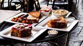El desayuno delicioso en vagas de los las tuesta y las crepes con el friut y el cereal Foto de archivo libre de regalías