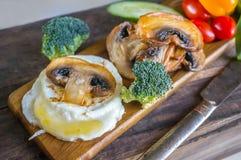 El desayuno eggs el huevo escalfado de Benedicto con las setas y las verduras cacerola-fritas Cierre para arriba Fotos de archivo