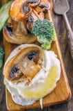 El desayuno eggs el huevo escalfado de Benedicto con las setas y las verduras cacerola-fritas Cierre para arriba Foco selectivo Foto de archivo