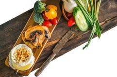 El desayuno eggs el huevo escalfado de Benedicto con las setas y las verduras cacerola-fritas Cierre para arriba Foco selectivo Foto de archivo libre de regalías