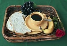 El desayuno en cama con un rojo se levantó Fotos de archivo