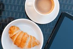 El desayuno en el café está en la tabla Imagenes de archivo