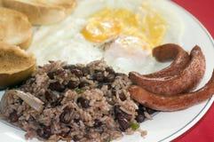 El desayuno en el pinto de Nicaragua Gallo eggs la salchicha imagen de archivo