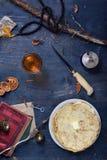 El desayuno, la pila de crepes con mantequilla y el jugo de fruta, encendido cortejan foto de archivo libre de regalías