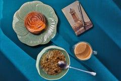 El desayuno ligero y el cuaderno acogedor con un faro imprimen Fotografía de archivo