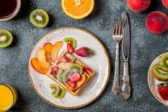 El desayuno se enrolla con la fruta fresca Imágenes de archivo libres de regalías