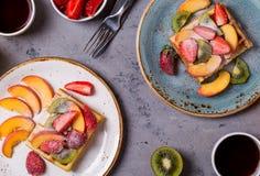 El desayuno se enrolla con la fruta fresca Fotografía de archivo