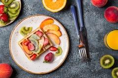 El desayuno se enrolla con la fruta fresca Fotografía de archivo libre de regalías