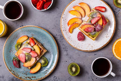 El desayuno se enrolla con la fruta fresca Imagenes de archivo