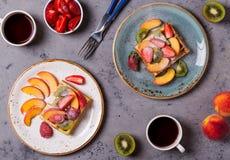 El desayuno se enrolla con la fruta fresca Imagen de archivo libre de regalías