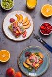 El desayuno se enrolla con la fruta fresca Imagen de archivo