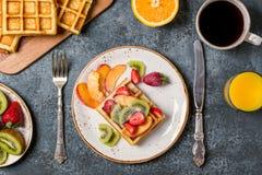 El desayuno se enrolla con la fruta fresca Fotos de archivo