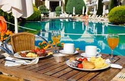 El desayuno sirvió cerca de la piscina en el hotel estándar, restaurante o Fotografía de archivo libre de regalías