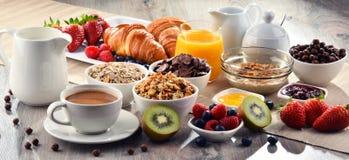 El desayuno sirvió con café, jugo, cruasanes y frutas Fotos de archivo libres de regalías