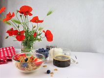 El desayuno sirvi? con caf?, cereales y frutas fotografía de archivo