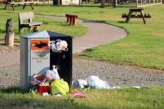 El desbordar del compartimiento de la basura o de los desperdicios Imagen de archivo