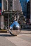 El descenso de acero inoxidable brillante del rasgón formó la escultura considerada en una calle en Manhattan Nueva York Hay una  fotos de archivo libres de regalías