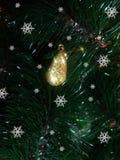 El descenso de oro decorativo del ` s del Año Nuevo con nieve forma escamas Imagen de archivo libre de regalías