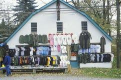 El descuento viste para la venta en la tienda del borde de la carretera, NJ imagenes de archivo