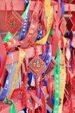 El desear adornado carda la ejecución en un estante en un templo budista, Pekín, China Fotografía de archivo