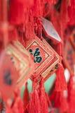 El desear adornado carda la ejecución en un estante en un templo budista, Pekín, China Fotos de archivo libres de regalías