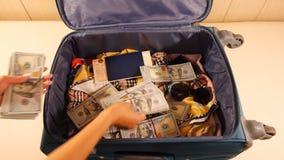El desempaque del equipaje de la mujer de los billetes está tomando mucho efectivo del caso almacen de video
