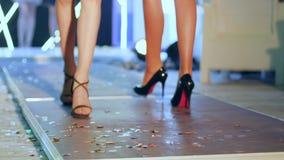 El desfiladero de la mujer en calzado cómodo va a lo largo de prolongación del andén el semana de la moda almacen de video