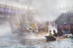 El desfile de Chuck Bua Festival es una tradición de la gente local en Samutprakan foto de archivo
