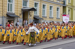 El desfile de la celebración 2011 de la canción y de la danza Imagenes de archivo